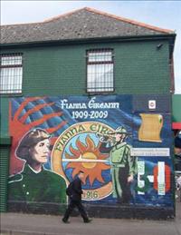 Irische Murals auf der einen Seite Belfasts.